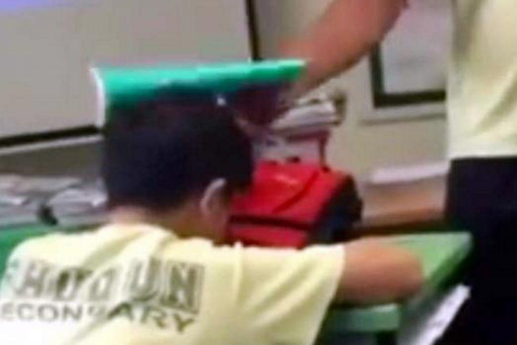 Gambar daripada skrin klip video di Facebook yang menunjukkan seorang pelajar membuli rakan sedarjahnya di Sekolah Menengah Shuqun.