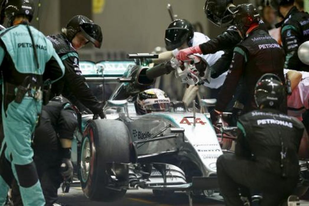 MALANG TIDAK BERBAU: Kru Mercedes sedang menolak kereta Lewis Hamilton selepas pemandu Britain itu terpaksa bersara daripada perlumbaan. - Foto REUTERS