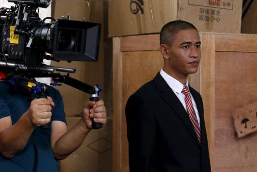 PUNYA WAJAH MIRIP PRESIDEN AMERIKA: Encik Xiao, 29 tahun, yang berasal dari Guanzhou, bersiap melakonkan watak seorang samseng yang mempunyai wajah seiras Presiden Barack Obama dalam satu komedi detektif. - Foto REUTERS