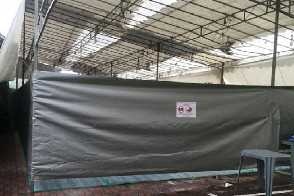 DILARANG PETIK GAMBAR: Khemah dan kawasan menyimpan kambing di Masjid Alkaff Kampung Melayu ini sudah siap disediakan bagi pelaksanaan ibadah korban esok. - Foto KHAIRULAMEER RAMLAN