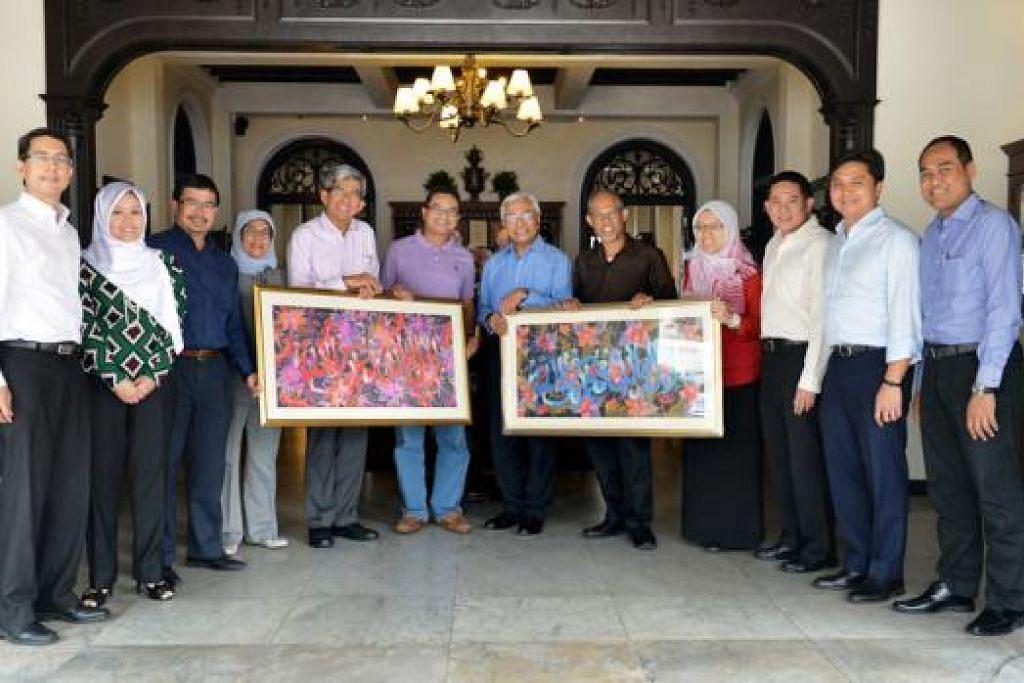 PENGHARGAAN BAGI MANTAN AP MELAYU: AP yang bersara - Encik Zainudin (enam dari kiri) dan Encik Hawazi (tujuh dari kiri) - menerima lukisan batik tanda penghargaan atas sumbangan mereka daripada AP Melayu - (dari kiri) Dr Faishal Ibrahim, Cik Rahayu Mahzam, Encik Zainal Sapari, Cik Halimah Yacob, Dr Yaacob, Encik Masagos Zulkifli Masagos Mohamad, Dr Intan Azura Mokhtar, Encik Amrin Amin dan Encik Saktiandi Supaat serta calon Parti Tindakan Rakyat (PAP) di GRC Aljunied bagi pilihan raya baru-baru ini, Encik Shamsul Kamar Mohamed Razali. - Foto M.O. SALLEH