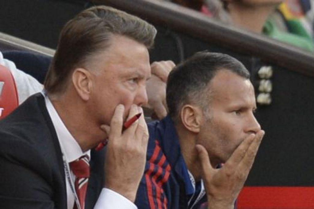 ADA BAKAT: Sir Alex Ferguson dalam buku terbarunya meramalkan Ryan Giggs (duduk di sebelah Louis van Gaal) bakal menjadi seorang pengurus hebat. – Foto AFP