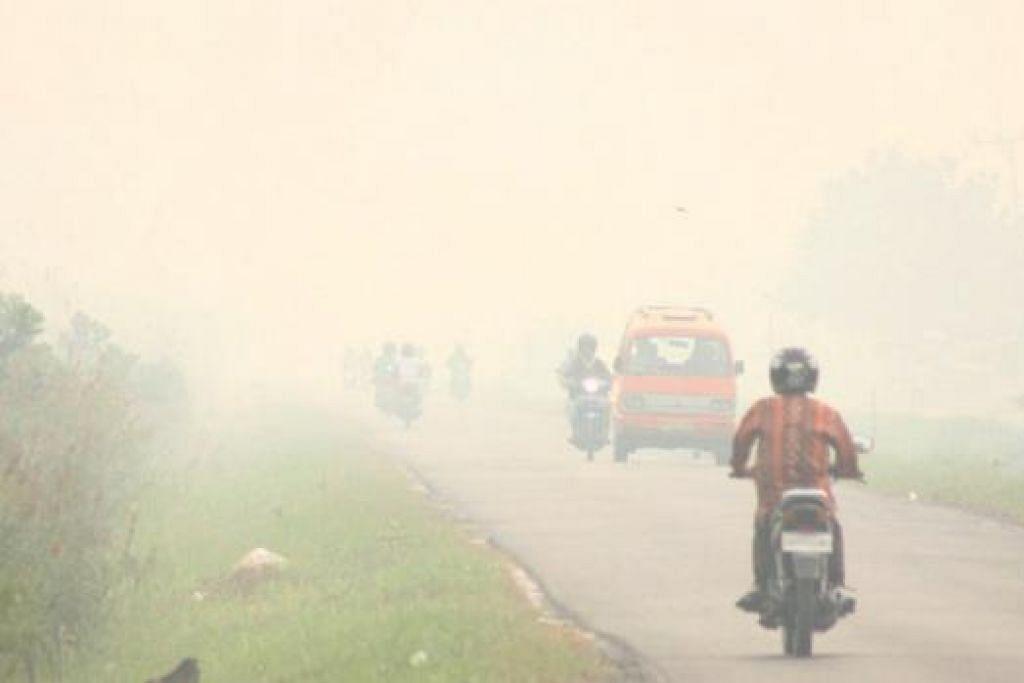 SEMUA KABUR: Keadaan jerebu yang tebal di Palangkaraya menyebabkan tahap penglihatan juga merosot. - Foto INSIDE INDONESIA
