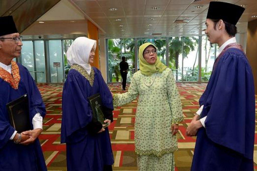 UCAPAN TAHNIAH: Cik Halimah (berbaju hijau) mengucapkan tahniah kepada pelajar yang berkelulusan diploma dalam pengajian Islam (dari kiri) Encik Yusoff, Cik Tan Nurul E'zzati dan Encik Muhammad Syaiful. - Foto TUKIMAN WARJI