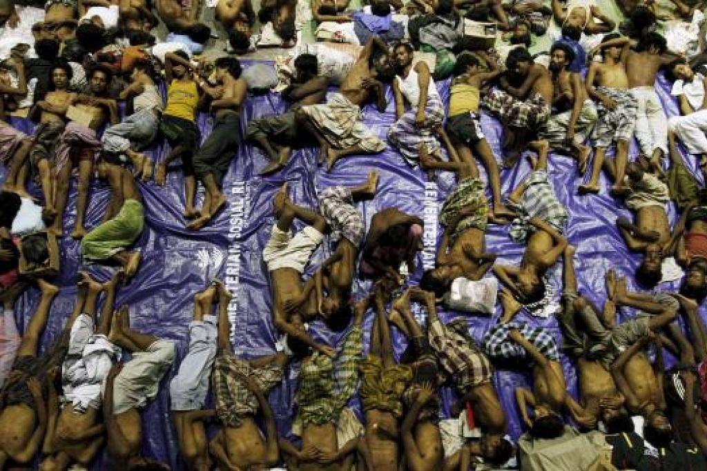 Pelarian yang dipercayai orang Rohingya berihat di sebuah tempat perlindungan selepas diselamatkan dari bot di Lhoksukon di Aceh pada Mei lalu. Gambar REUTERS