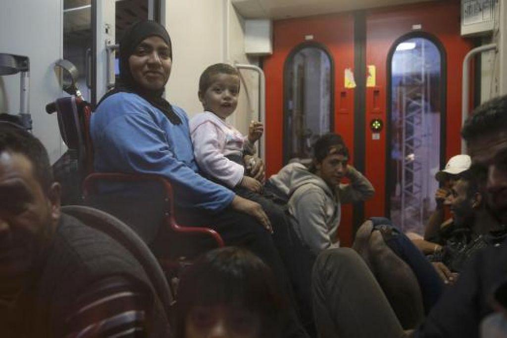 Pelarian menunggu di dalam kereta api untuk meninggalkan stesen Tovarnik di Croatia pada 22 September. Lebih 30,000 pelarian , kebanyakkan rakyat Syria, telah memasuki  Croatia dari Serbia sejak Selasa minggu lalu, selepas Hungary melarang mereka masuk ke dalam negara itu dengan memasang pasar besi di sempadannya dengan Serbia. Gambar REUTERS