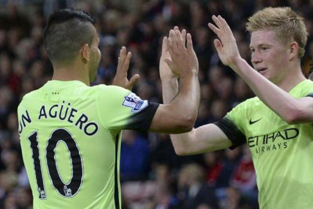 TAHNIAH!: Penjaring gol pembukaan Manchester City, Sergio Aguero (kiri), mengucapkan tahniah kepada rakan sepasukan, Kevin De Bruyne, sebaik pemain Belgium itu menyumbatkan gol kedua pasukan. - Foto AFP