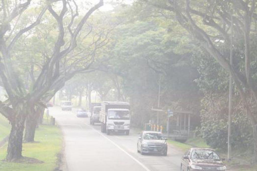 JEREBU SEMAKIN TERUK: Sedang tahap PSI di Indonesia kini semakin mencecah zon berbahaya, penduduk Singapura harus bersiap sedia untuk hari-hari seterusnya supaya dapat mengelakkan masalah kesihatan. - Foto JOHARI RAHMAT