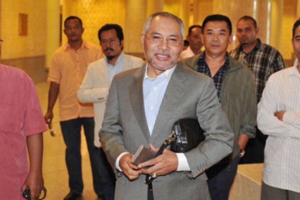 TIBA DI MAHKAMAH: Bekas MB Selangor Dr Mohamad Khir Toyo tiba di Mahkamah Persekutuan kelmarin. - Foto INTERNET