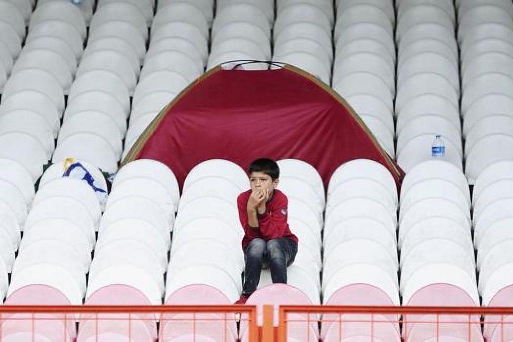 MENGENANG NASIB: Seorang kanak-kanak Syria yang ditempatkan di pusat pelarian sementara di Edirne, Turkey, menantikan masa sebelum dibenarkan meneruskan perjalanan ke Greece atau Bulgaria. - Foto REUTERS