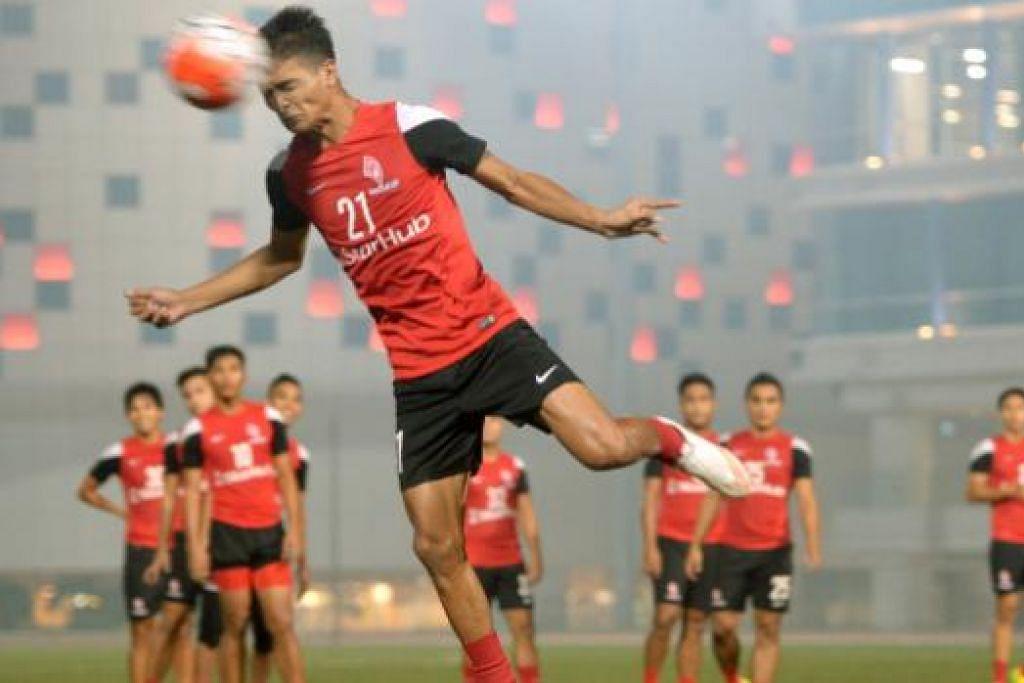 TERUS BERLATIH: Bintang pasukan LionsXII, Safuwan Baharudin, menanduk bola dalam sesi latihan yang diadakan baru-baru ini.