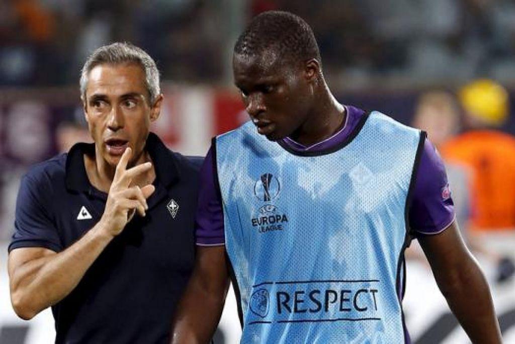 BERI ARAHAN: Jurulatih Fiorentina, Paulo Sosa (kiri) sewaktu memberi arahan kepada penyerang Senegalnya, Khouma Babacar, yang telah menjaringkan dua gol dalam dua penampilan untuk kelab Serie A itu. - Foto REUTERS