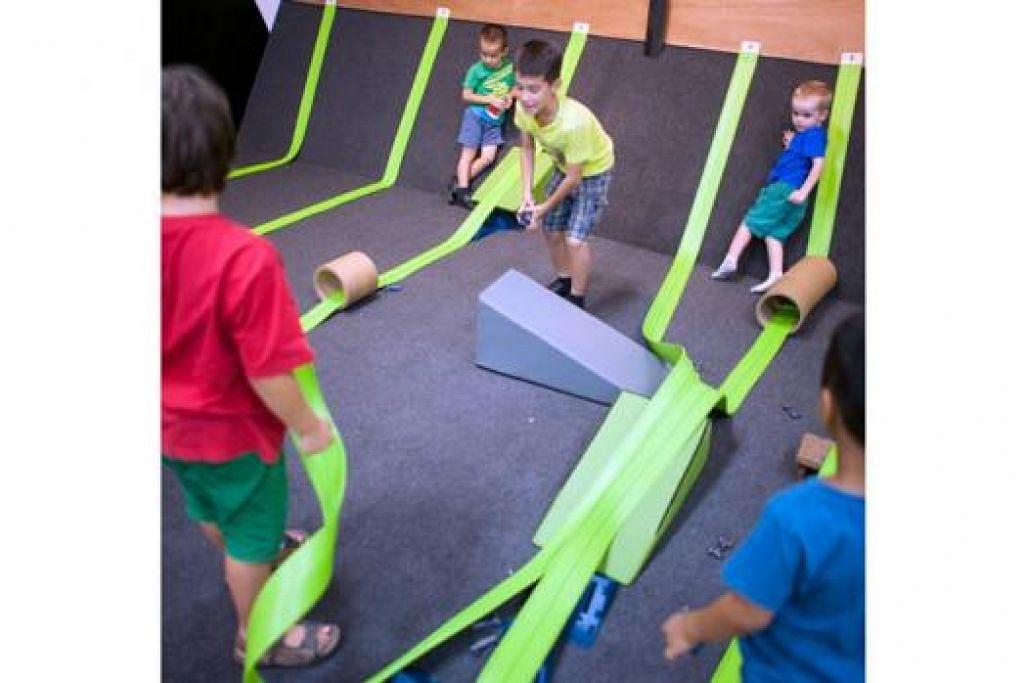 MEREKA TREK SENDIRI: Bertemakan 'Seni Kelajuan' Playeum memberi peluang kepada kanak-kanak mereka dan mewujudkan halangan atau trek mereka sendiri menggunakan alat-alat seperti silinder kadbod yang disediakan. - Foto RICHARD KEARNS