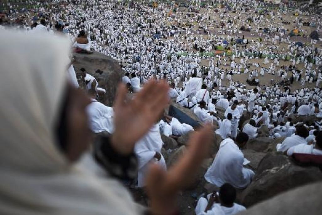 WUKUF: Jemaah yang wukuf di Arafah memohon keampunan Allah dengan penuh khusyuk. - Foto AFP