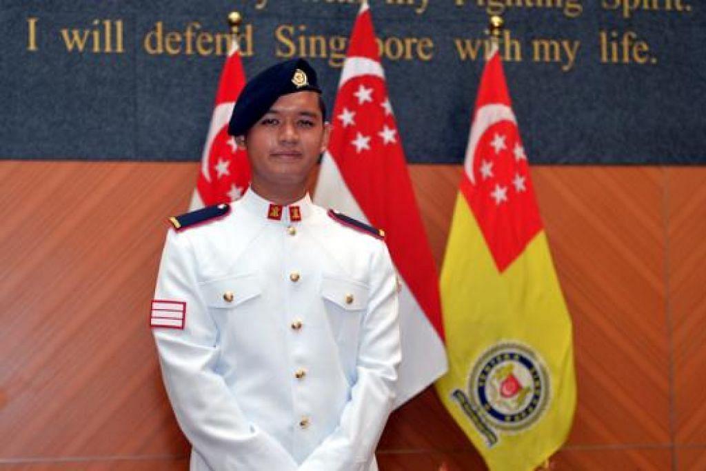 PRESTASI TERBAIK: 3SG Muhamad Zuhaily Hamran diberi anugerah Bayonet Perak di Perbarisan Tamat Kursus Kadet Spesialis (SCGP) ke-24. - Foto M.O. SALLEH