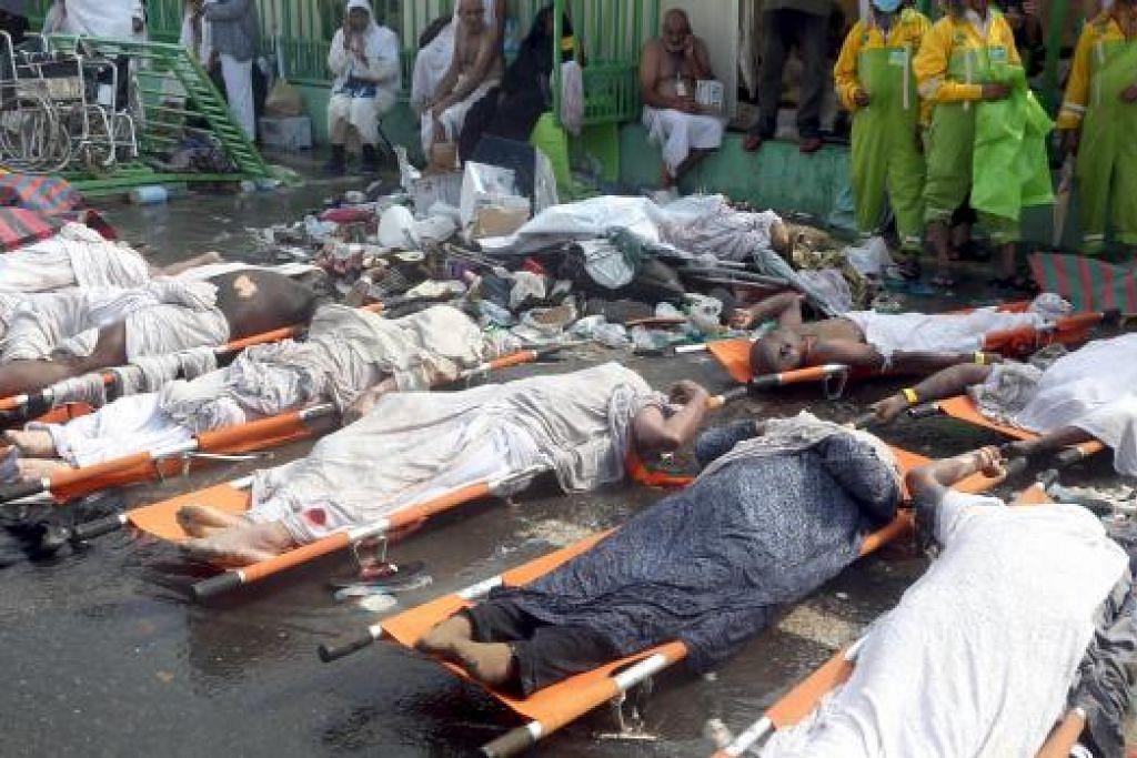 Mayat korban rempuhan Mina diletak di atas pengunsung sebelum dibawa pergi. Gambar REUTERS