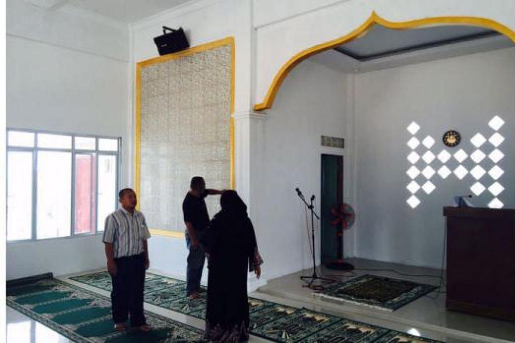 DIBINA DENGAN CEKAP: Cik Sarimah Mohd Said sering melawat Masjid Al-Muhajirin Saniah/Mohammad Said semasa proses pembinaan bagi memastikan ia boleh disiapkan dalam masa lima bulan.- Foto-foto ihsan SARIMAH MOHD SAID