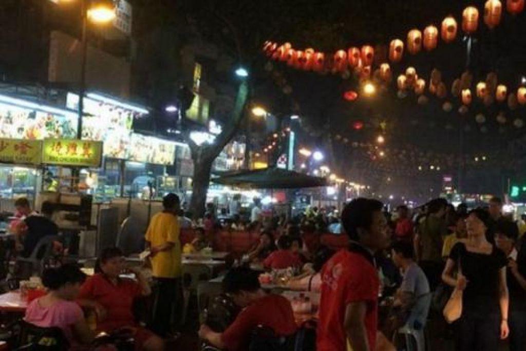 TIDAK BERLAKU KEJADIAN BURUK: Jalan Alor yang popular di kalangan penduduk setempat dan pelancong. - Foto Twitter ALI ABUNIMAH