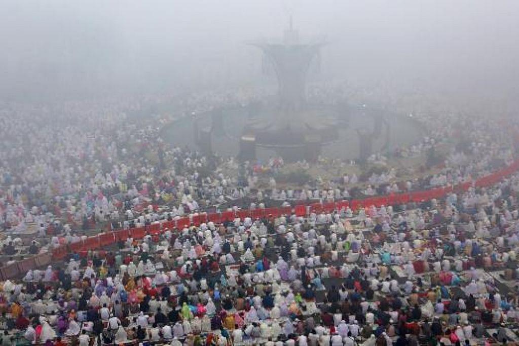 JERERBU TEBAL: Solat Aidiladha di Masjid Agung di Palembang diselubungi jerebu tebal. - Foto REUTERS