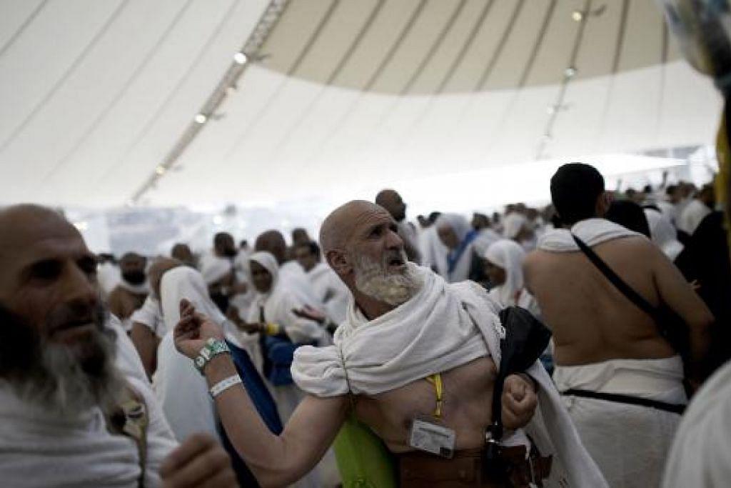 KEMBALI MELONTAR JAMRAH: Sejak subuh semalam jemaah mula menuju ke tampat melontar bagi ibadah melontar tiga jamrah selepas kejadian rempuhan kelmarin yang mengakibatkan lebih 700 jemaah terbunuh. - Foto AFP