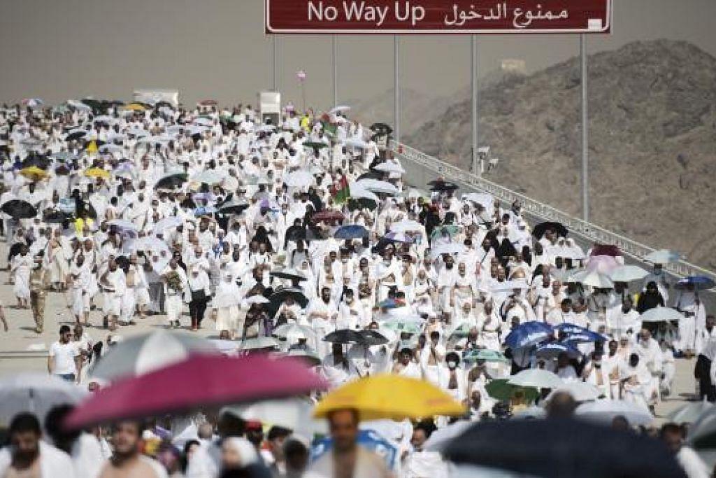 KESESAKAN JEMAAH: Sesetengah jemaah yang tiba di Mina untuk melempar jamrah dikatakan berbuat demikian tanpa mengikut waktu yang ditetapkan oleh pihak berkuasa haji. - Foto AFP