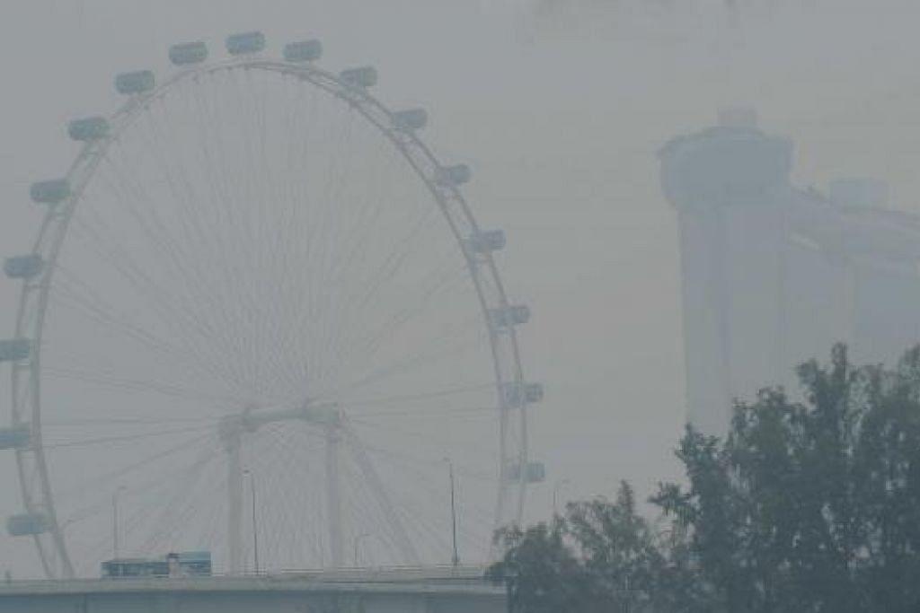 MASIH KABUR: Mutu udara bertambah baik semalam meskipun masih berada di paras sangat tidak sihat. - Foto TAUFIK A. KADER