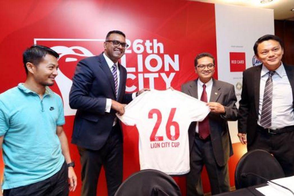 BOLA SEPAK: (Dari kiri) Mantan pemain bola sepak negara, Indra Sahdan Daud; pengasas Red Card Group, Encik R. Sasikumar; presiden Persatuan Bola Sepak Singapura (FAS), Encik Zainudin, dan setiausaha agung FAS, Encik Winston Lee; bergambar di majlis pelancaran Piala Lion City 2015 yang berlangsung di Hotel Oasia Julai lalu.  - Foto fail