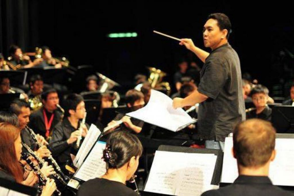 MEMIMPIN DENGAN KEYAKINAN: Encik Zaidi Sabtu-Ramli (berdiri) memperkasa pengetahuan muziknya dengan memimpin orkestra simfoni bagi acara resital sebelum tamat pengajian di Maktab Seni Lasalle. – Foto-foto ihsan ZAIDI SABTU-RAMLI