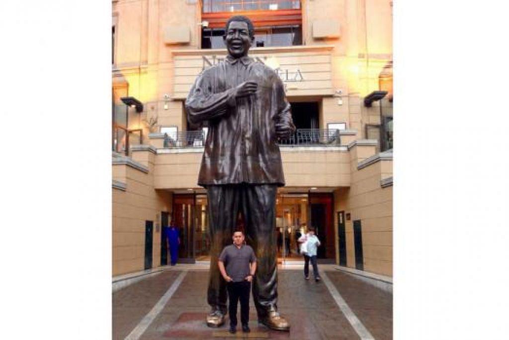 KEMBARA ILMU: Encik Zaidi, yang pernah bertugas sebagai jurutera bunyian bagi muzikal antarabangsa di Afrika Selatan, ke Nelson Mandela Square di Johannesburg awal tahun ini.