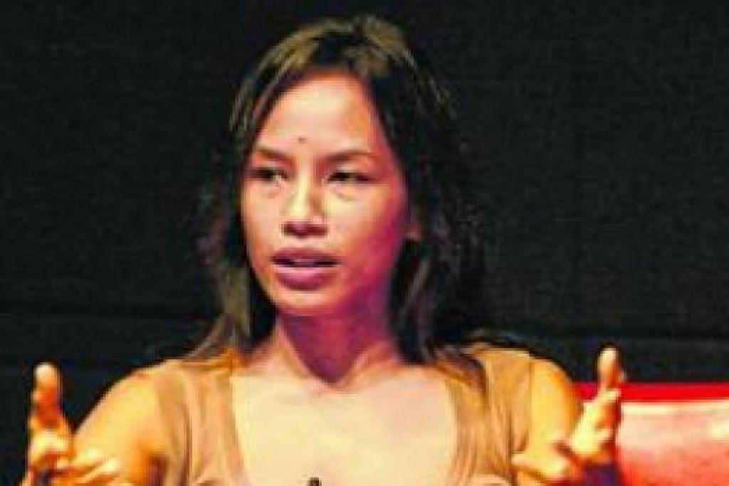 AYU UTAMI: Salah seorang penulis 'sastera wangi' Indonesia daripada Angkatan 2000 yang terkenal lewat novelnya 'Saman'. - Foto fail
