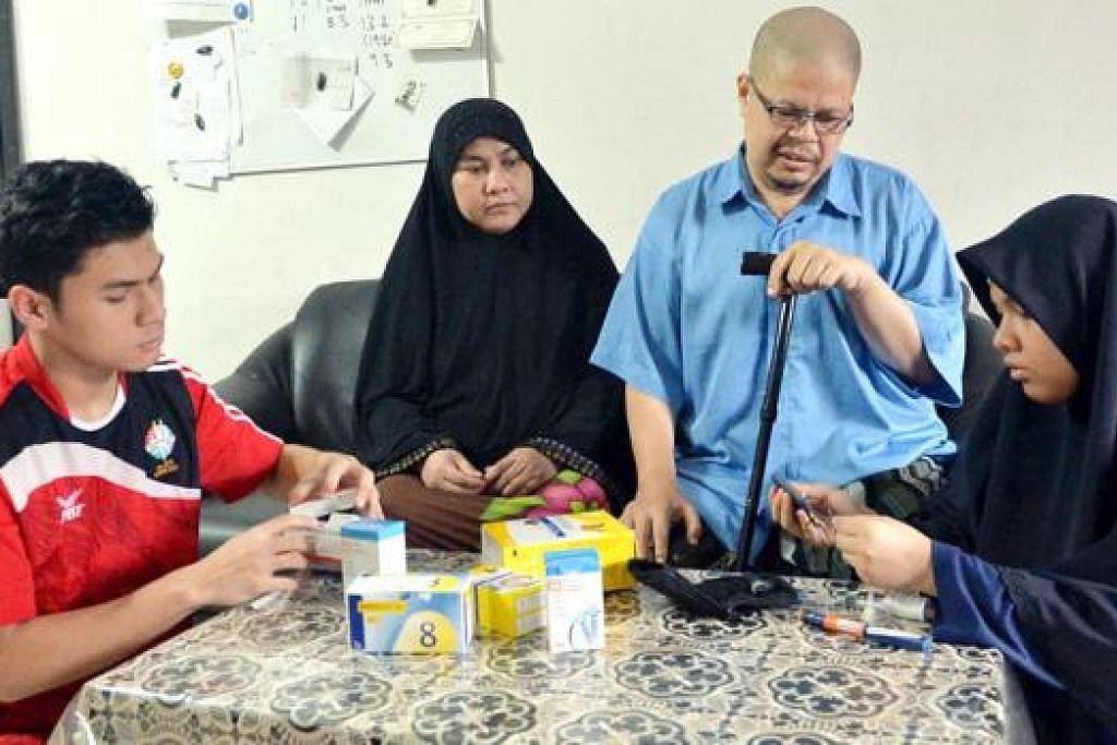 BEBAN KELUARGA DIRINGANKAN: Ustaz Azhari (berbaju biru) dan isteri, Cik Hasmimah (dua dari kiri), bersyukur anak-anak mereka, Cik Nur Insyirah (kanan) dan Muhammad Noor Irsyad (kiri), mampu memikul tanggungjawab menjaga mereka. Dua lagi anak mereka, Adibah Musfirah dan Muhammad Adiib, tiada dalam gambar). - Foto KHALID BABA