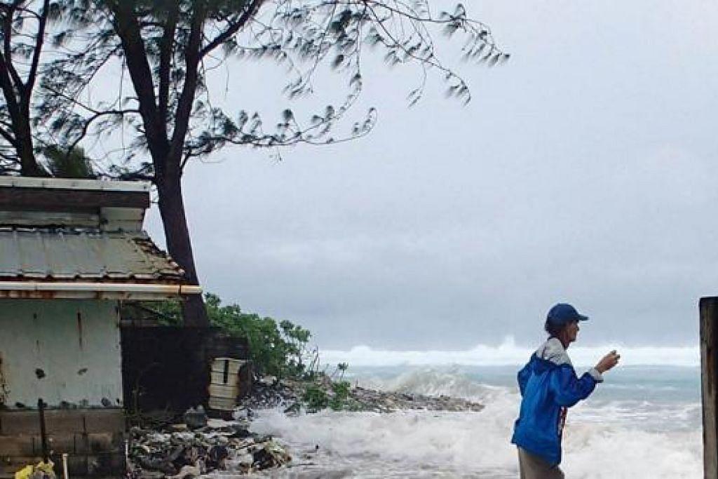 ANGKARA PERUBAHAN IKLIM: Ribut yang melanda salah sebuah pulau di Kepulauan Marshall di Lautan Pasifik baru-baru ini. Pulau yang terletak hanya semeter dari paras laut itu dikhuatiri tenggelam kerana kehangatan global. - Foto fail