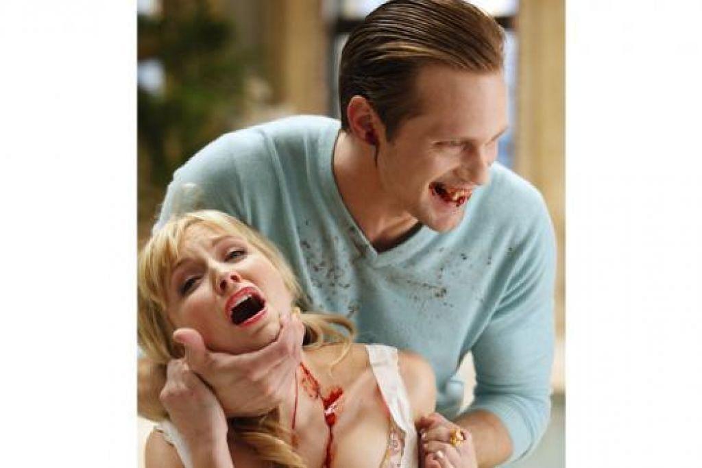 POPULAR: Drama bersiri 'True Blood' lakonan Alexander Skarsgard (belakang) telah menaikkan nama pelakon asal Sweden ini. - Foto STARHUB