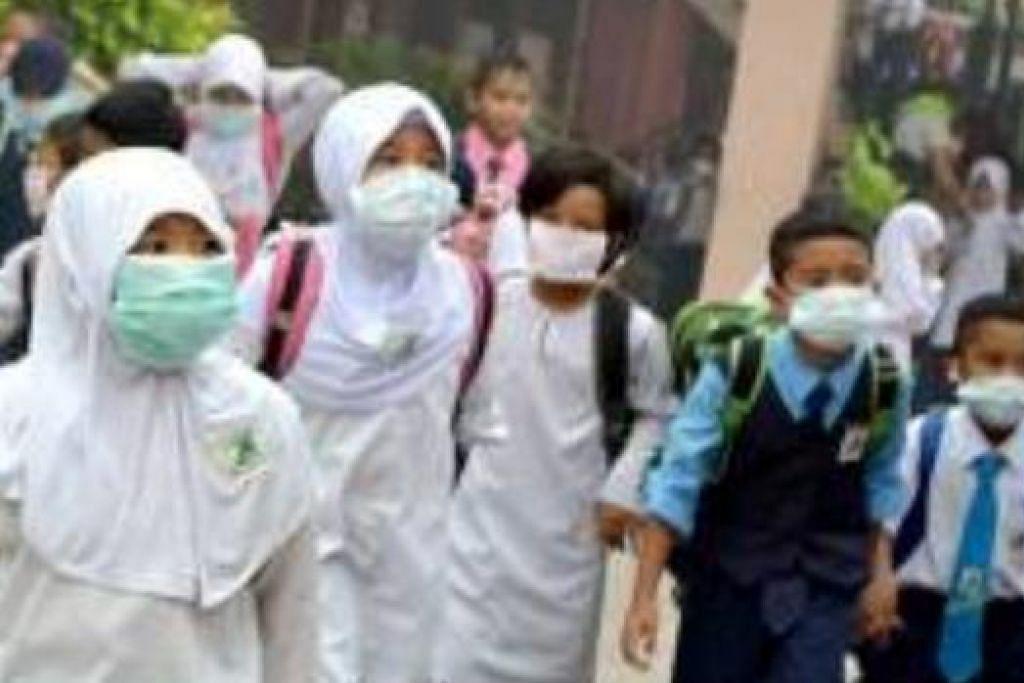 DEMI KESIHATAN: Oleh kerana udara yang tidak sihat di beberapa negeri di Malaysia terutama semalam, kebanyakan orang termasuk murid-murid sekolah di Kuala Lumpur ini menggunakan pelitup pergi dan pulang dari sekolah. - Foto ASTRO AWANI