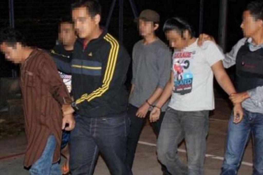 Sebuah keluarga lima ahli antara 14 suspek yang ditangkap polis Malaysia Mei lalu di  Shah Alam dan Damansara di Kuala Lumpur kerana disyaki merekrut anggota bagi ISIS melalui media social. Gambar fail The Star