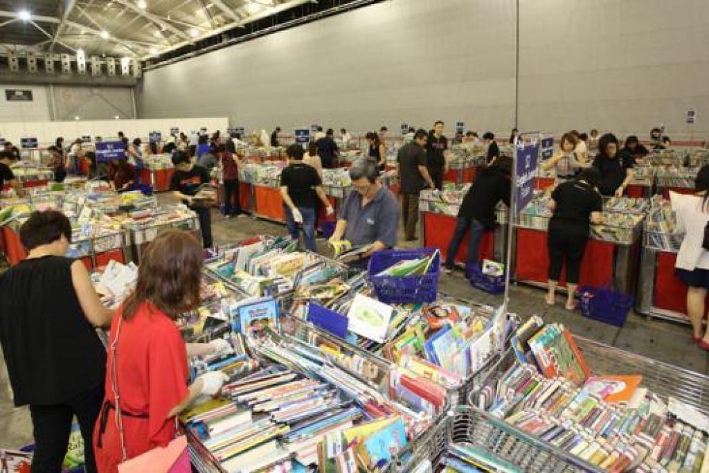 PILIH BUKU YANG SESUAI: Sebanyak 31 VWO berpeluang memilih buku yang didermakan oleh NLB. - Foto NLB