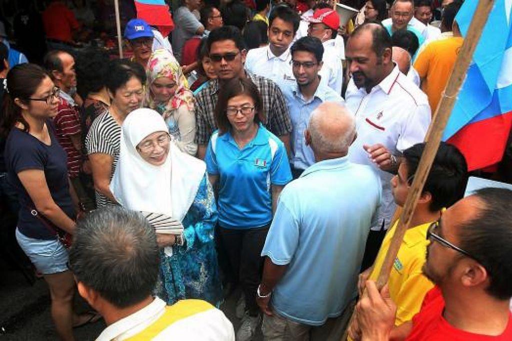 Dr Wan Azizah (bertudung putih) semasa berkempen dalam pilihan raya kecil DUN Kajang pada 2014. Gambar fail The Star