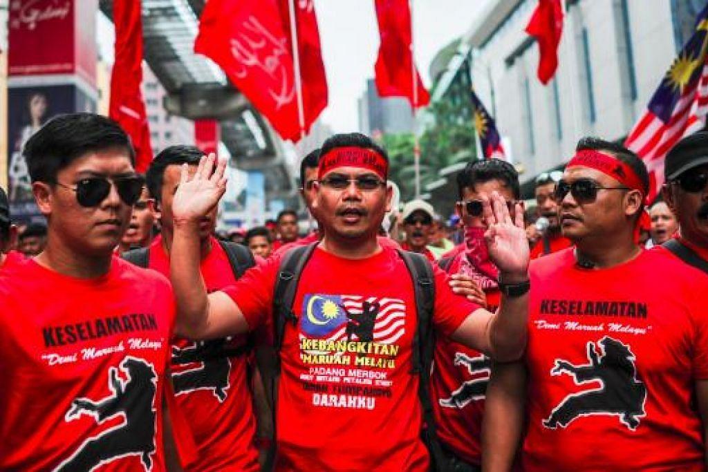 Datul Jamal Md Yunos (tengah), pemimpin Himpunan Maruah Melayu, berarak mengetuai penyokongnya semasa perhimpunan 'baju merah' di Kuala Lumpur pada 16 September. Gambar AFP