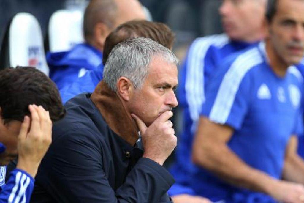 TERMENUNG JAUH?: Pengurus Chelsea, Jose Mourinho, tentunya bingung melihat prestasi pasukannya yang bak 'yo-yo' sejak awal musim ini. - Foto AFP