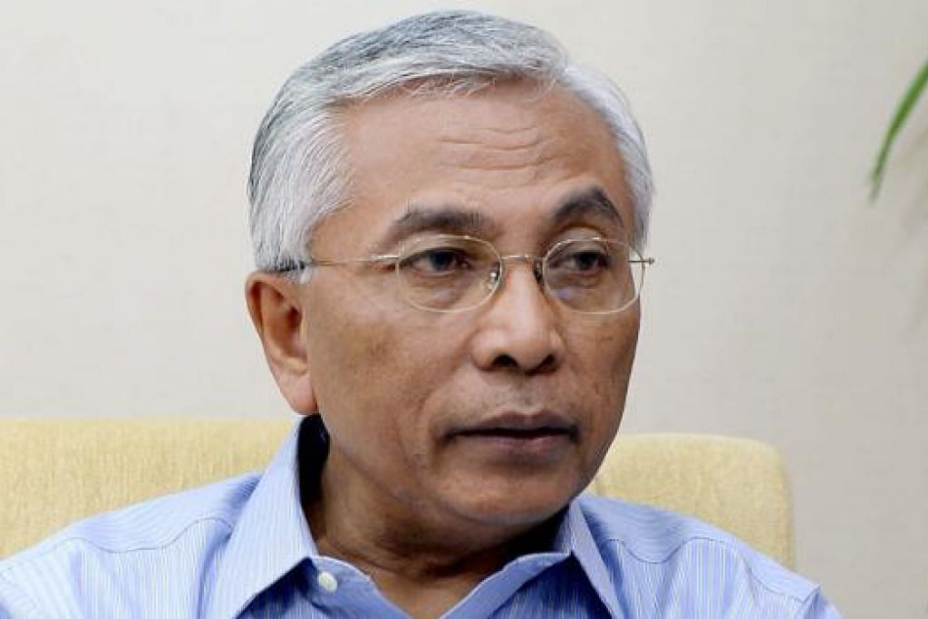 'UNDANGAN KHAS': Encik Yatiman Yusof, Encik Hawazi Daipi (above) dan Profesor Datuk Awang Sariyan.