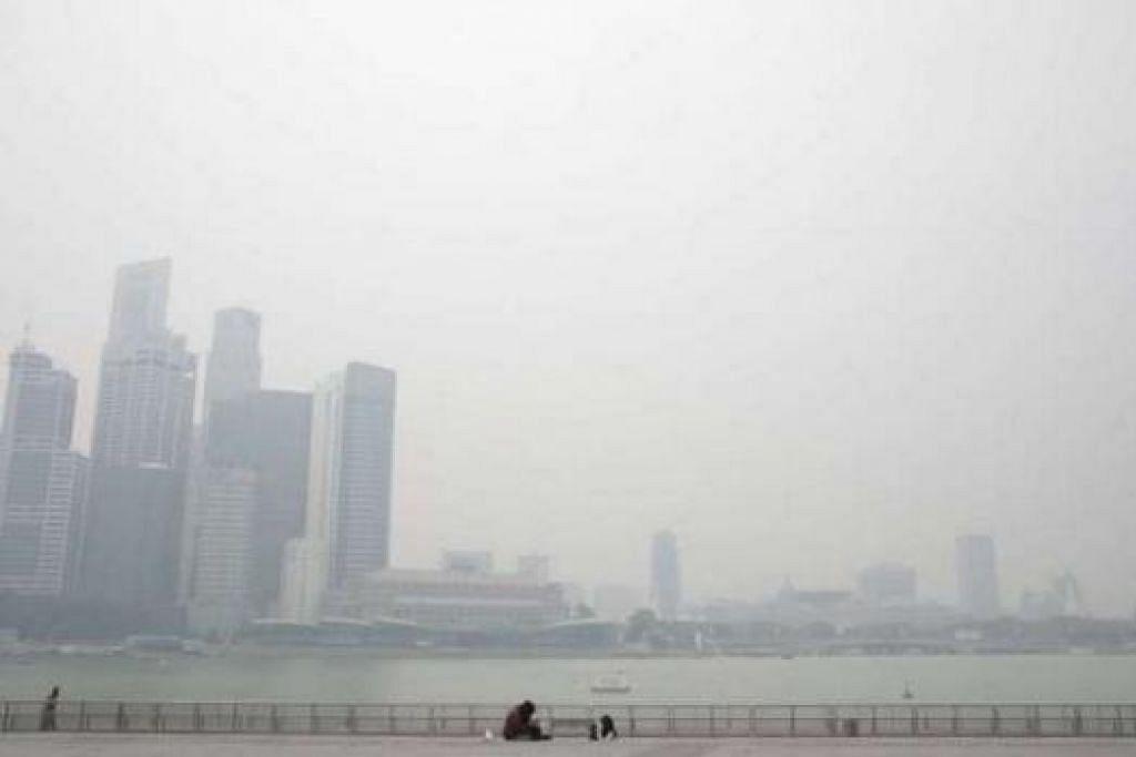 JEREBU TEBAL: Keadaan di Marina Bay Sands pada 2.30 petang semalam. - Foto THE STRAITS TIMES