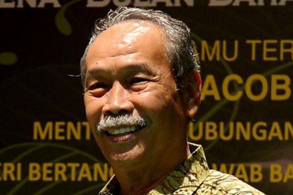 'UNDANGAN KHAS': Encik Yatiman Yusof (above), Encik Hawazi Daipi dan Profesor Datuk Awang Sariyan.