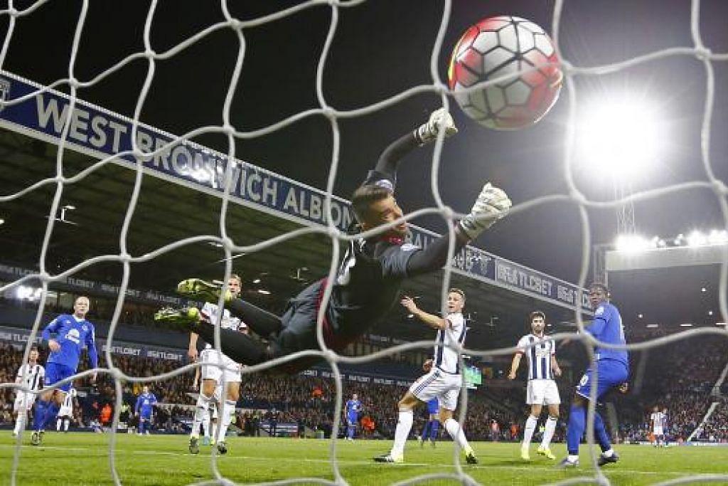 Penjaga gol West Brom, Boaz Myhill, gagal menghalang Lukaku menjaringkan gol pertama Everton. Gambar REUTERS