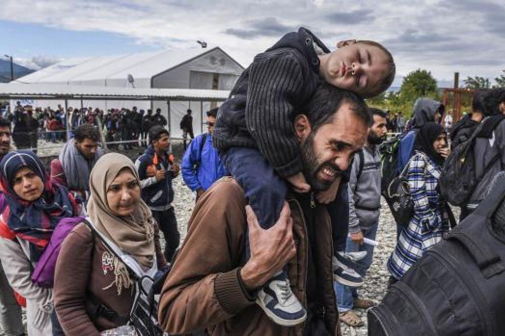 Penghijrah dan pelarian berbaris untuk menaiki kereta api di kem pendaftaran selepas menyeberang sempadan Macedonia-Greece dekat Gevgelija untuk memasuki Negara Kesatuan Eropah pada 28 September 28. Kebanyakan daripada mereka dari Syria, Afghanistan, Iraq dan Somalia. Gambar AFP