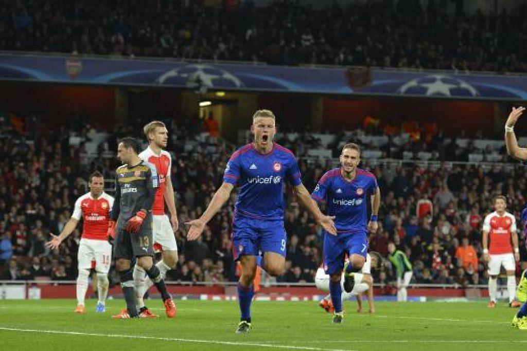 Penyerang Olympiakos, Alfreo Finnbogason (tengah), merai gol ketiga yang memastikan kemenangan pasukan itu ke atas Arsenal. Gambar AFP