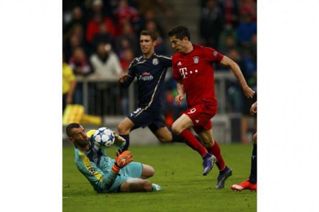 SAMBAR PELUANG: Wira hatrik Bayern, Robert Lewandowski (jersi merah), cuba menyambar bola daripada penjaga gawang Dinamo, Eduardo. - Foto REUTERS
