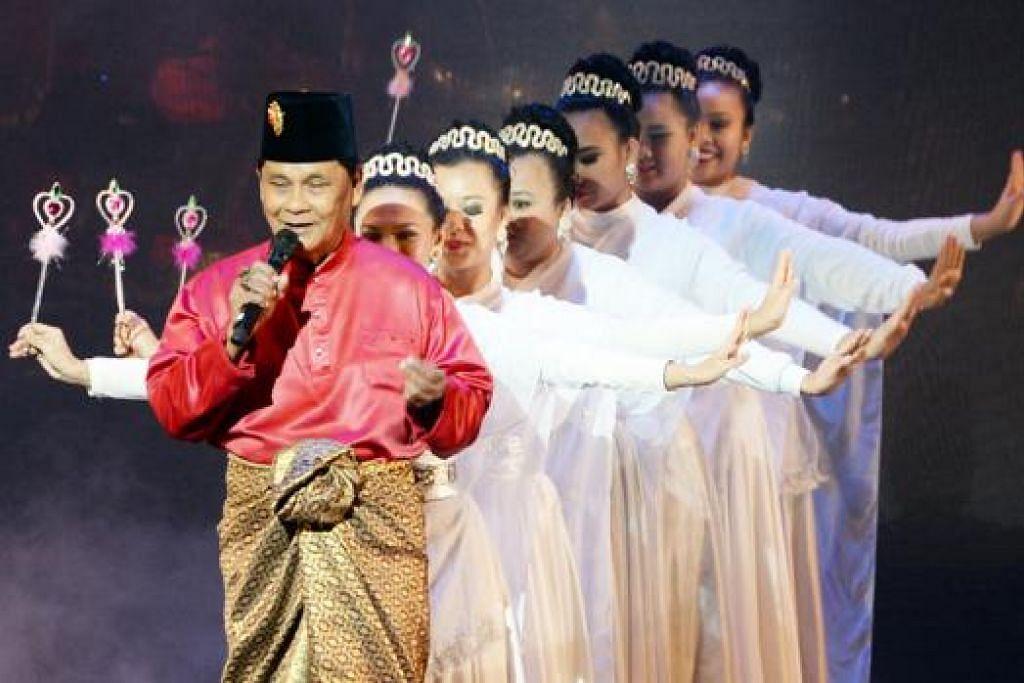 MASIH MEMUKAU: Penyanyi veteran R. Ismail menyanyikan lagu Nasib Malang dengan iringan penari yang lemah gemalai.