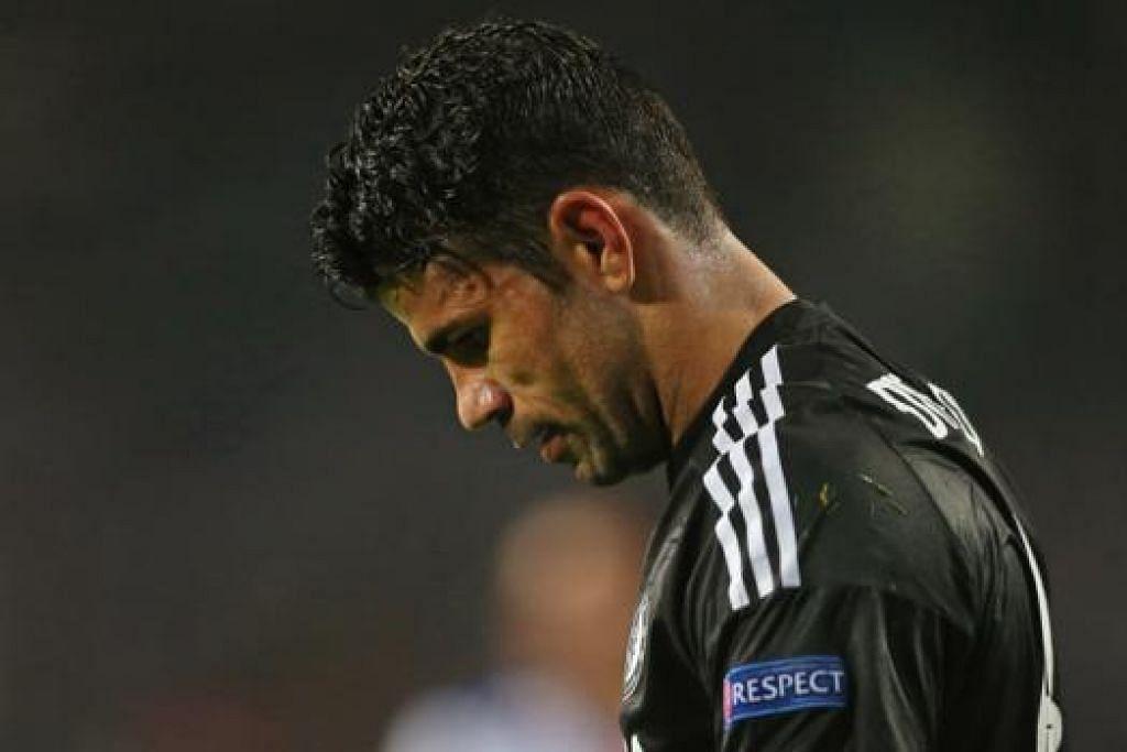 DUKACITA: Penyerang utama Chelsea, Diego Costa, tunduk hampa semasa meninggalkan padang selepas kekalahan kepada Porto. - Foto REUTERS