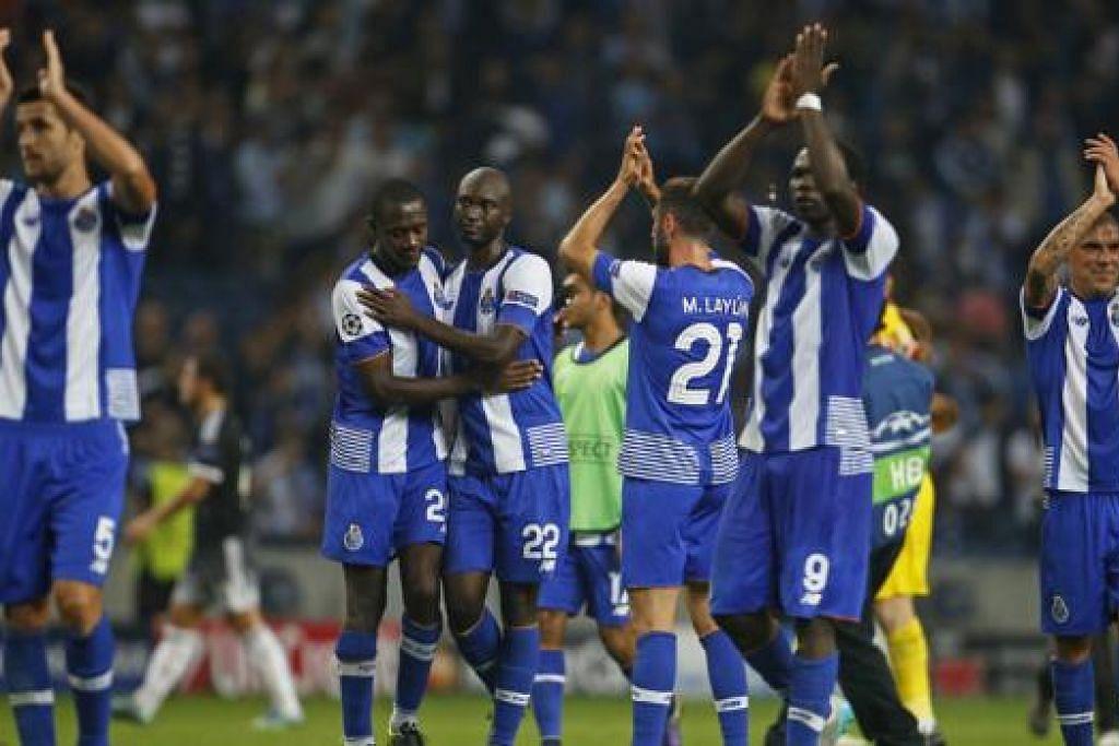 KEMENANGAN MANIS: Para pemain Porto mengiktiraf sokongan penyokong mereka di Estadio do Dragao selepas kejayaan 2-1 ke atas Chelsea dinihari semalam. - Foto REUTERS