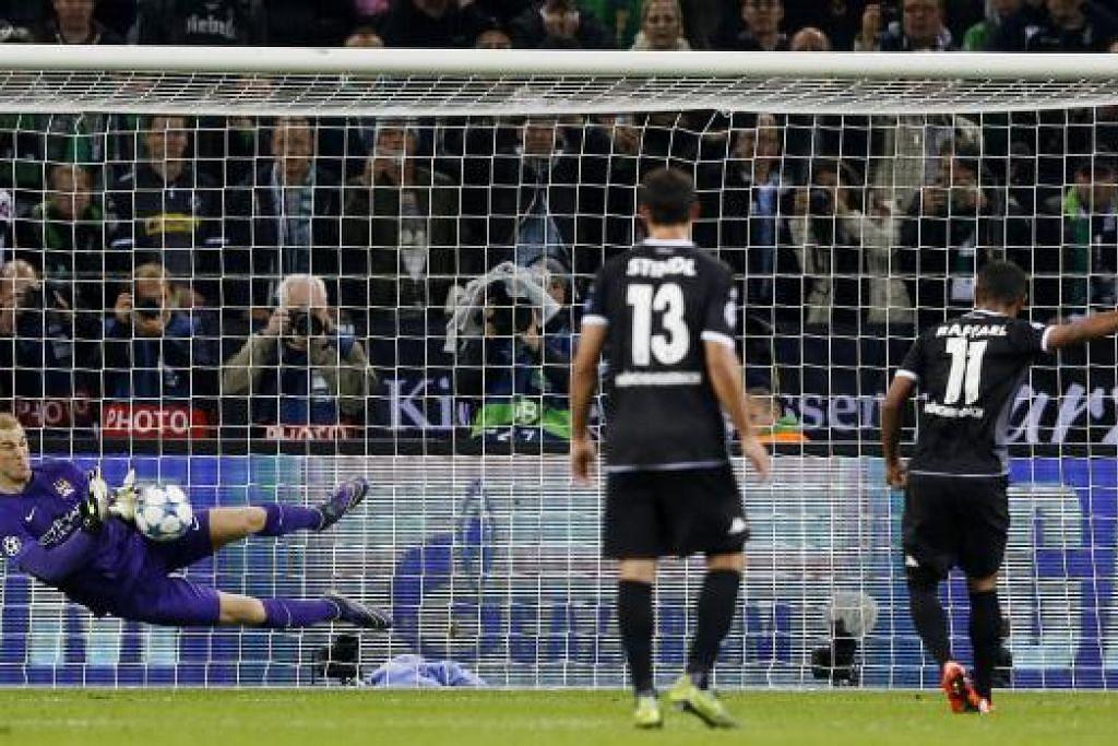 Penjaga gawang Manchester City, Joe Hart, menyelamatkan tendangan penalti Raffael yang membantu pasukannya mengalahkan Borussia Monchengladbach dalam perlawanan pada 30 September. Gambar REUTERS